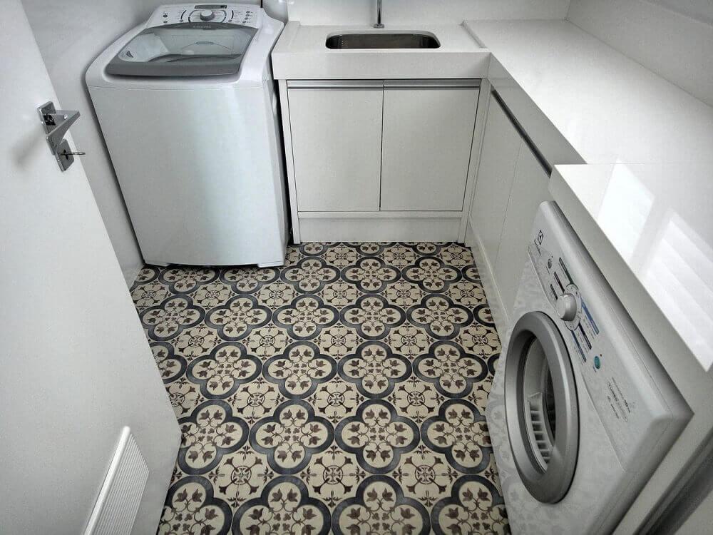 decoração lavanderia pequena planejada com piso hidráulico Foto Gabriela Herde
