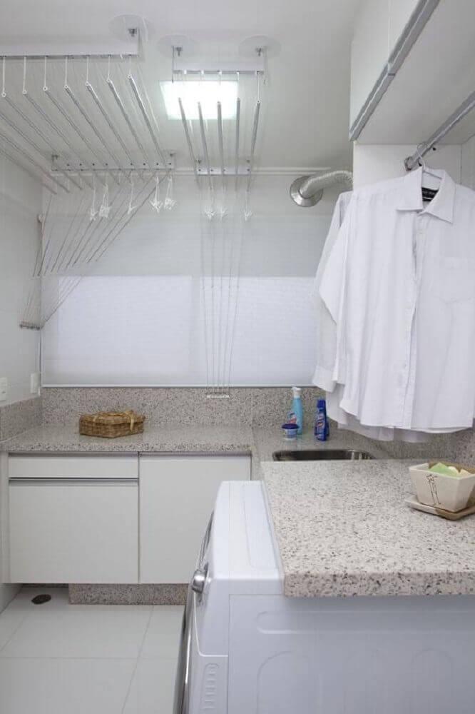 decoração lavanderia planejada com armários brancos e bancada de granito Foto Deborah Basso