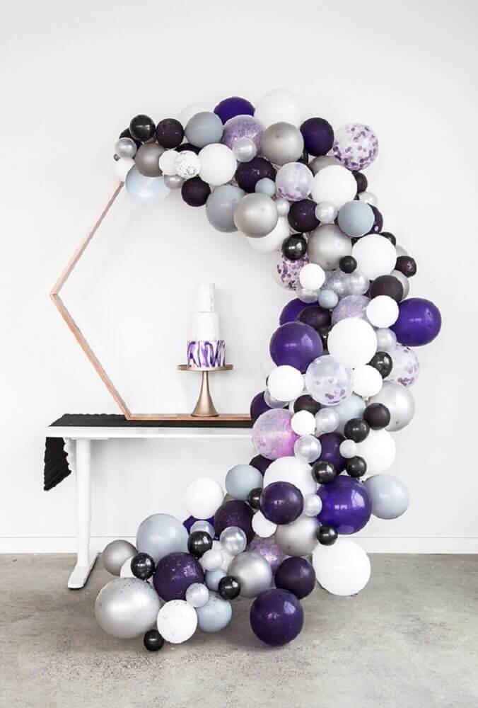 minimalist decoration with balloons in shades of purple and silver Photo Aisle Society