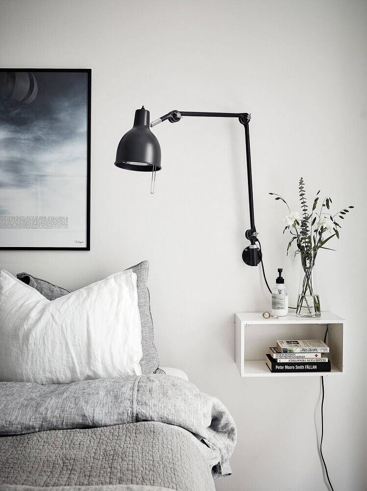decoração minimalista com criado mudo pequeno suspenso e luminária de parede Foto Pinterest