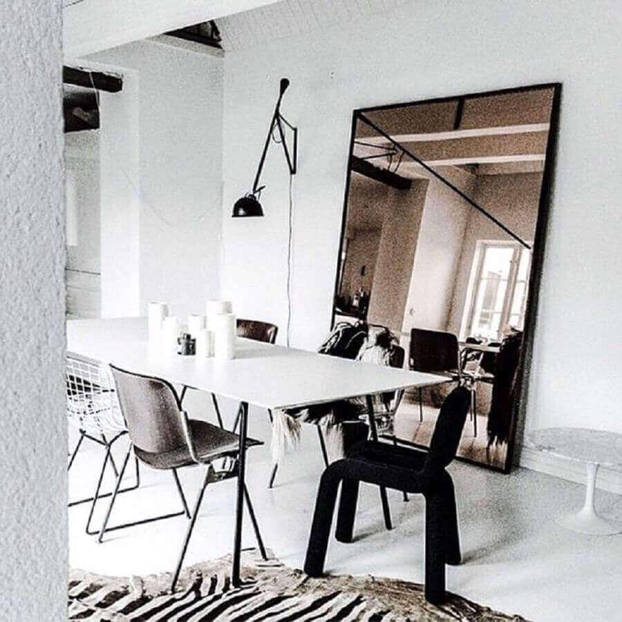 decoração minimalista para sala de jantar com espelho bronze Foto Pinterest