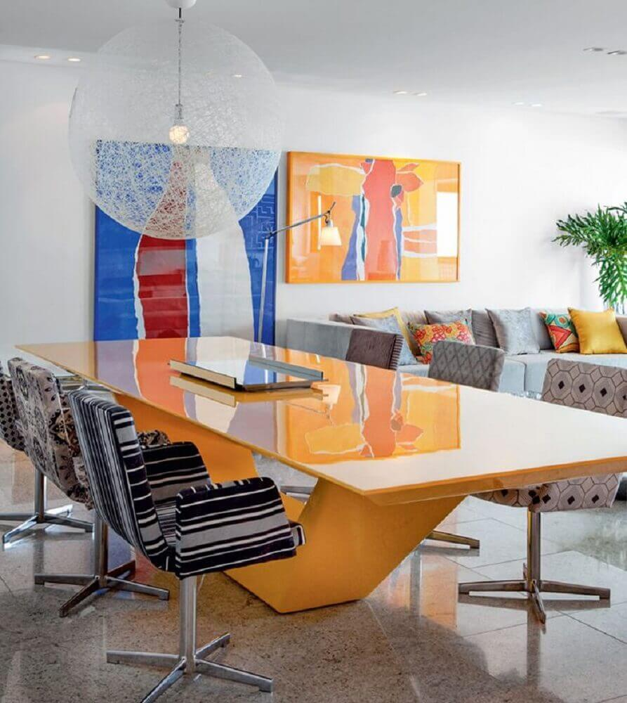 decoração moderna para sala de jantar com mesa amarela laqueada Foto Pinterest