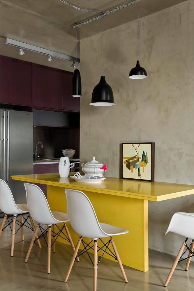 decoração moderna para sala de jantar com mesa amarela laqueada pendentes pretos e cadeiras de plastico modernas Foto Archilovers