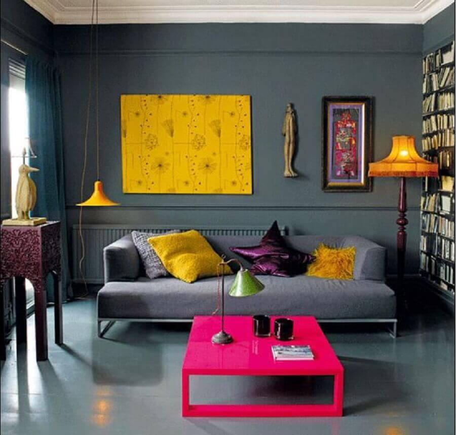 decoração moderna sala com sofá cinza pendente amarelo e mesa de centro pink laqueada Foto Yandex