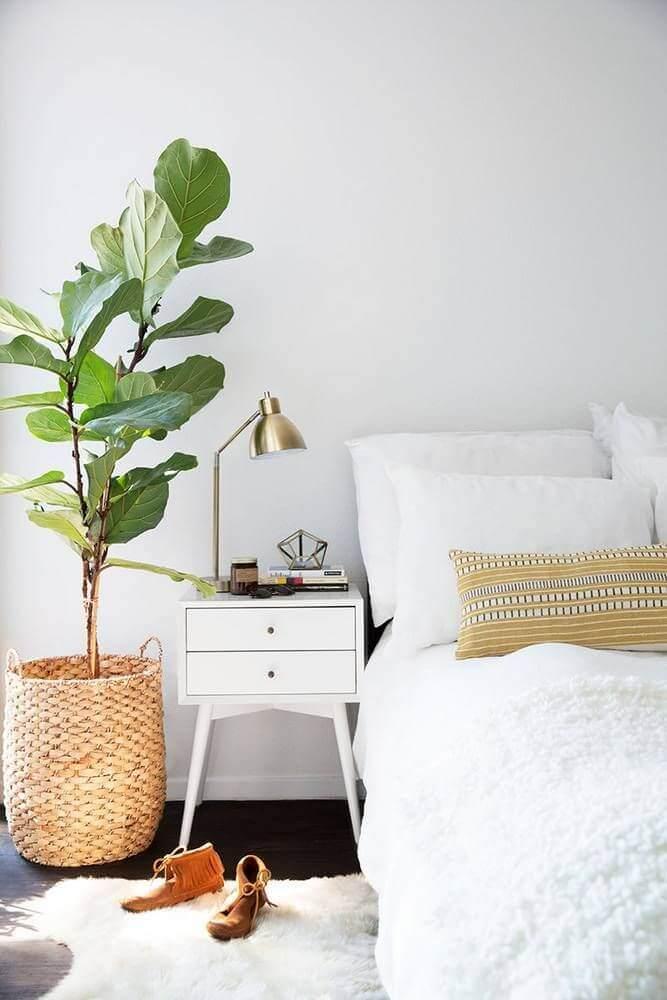 decoração minimalista para quarto com criado mudo branco e vaso de planta Foto Pinterest