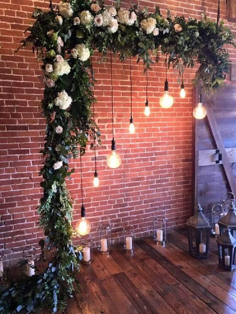 decoração para altar de casamento em casa com pendentes e folhagem Foto Pinterest