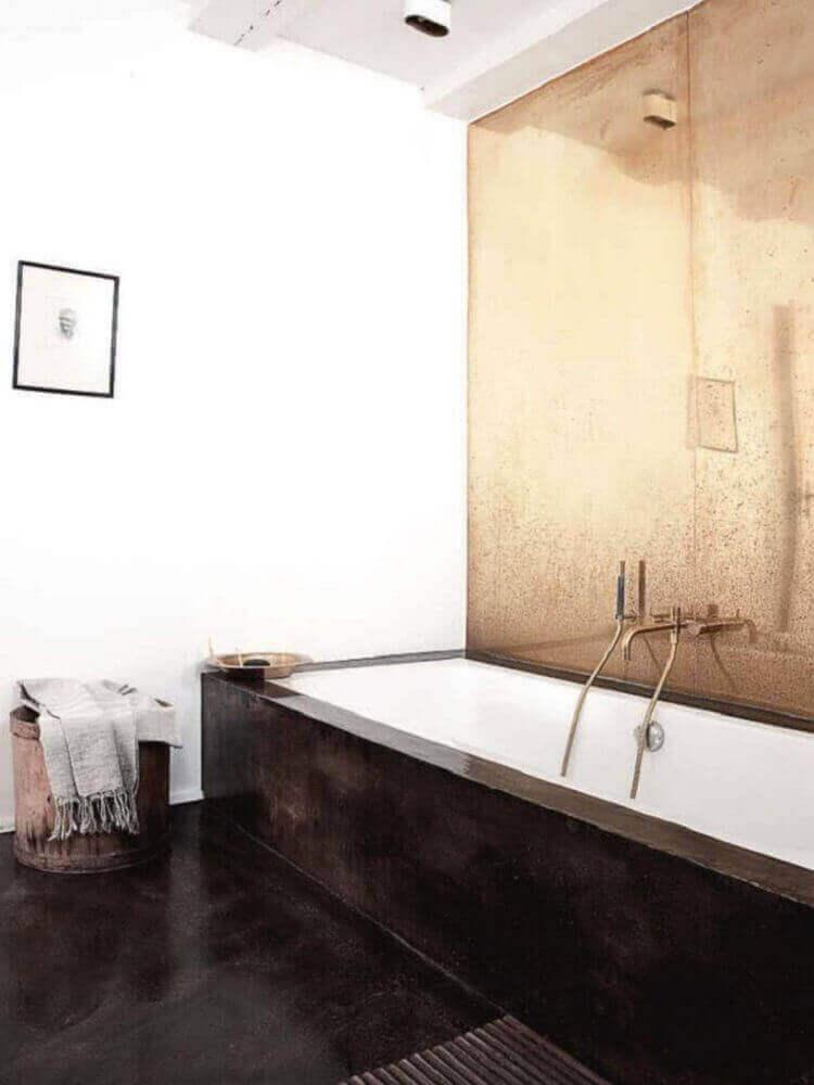 decoração para banheiro com banheira e espelho bronze Foto Best Luxury Home