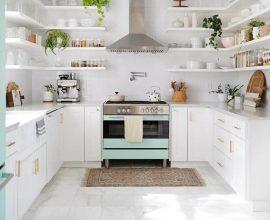 decoração para cozinha branca com tapete pequeno em frente ao fogão  Foto Make Space