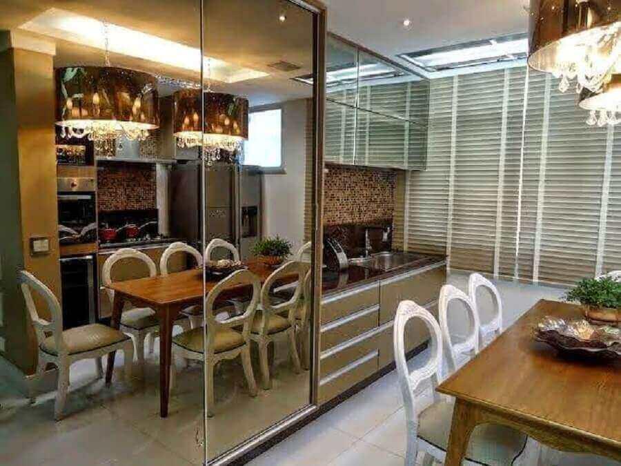 decoração para cozinha com espelho bronze em armário e pendente sobre a mesa Foto Pinterest