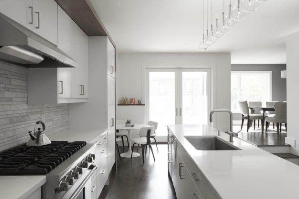 decoração para cozinha compacta com armários brancos e pendentes minimalistas Foto Altius Architecture Inc