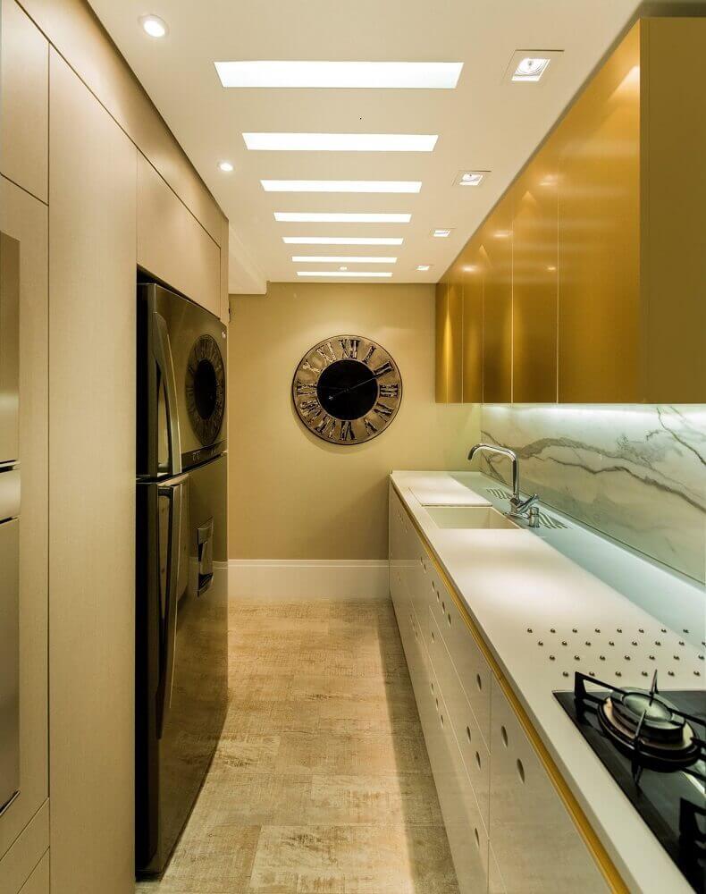 Os armários planejados para a cozinha corredor são ótimas opções para aproveitar ao máximo esse espaço - Foto: Anna Maya & Anderson Schussler