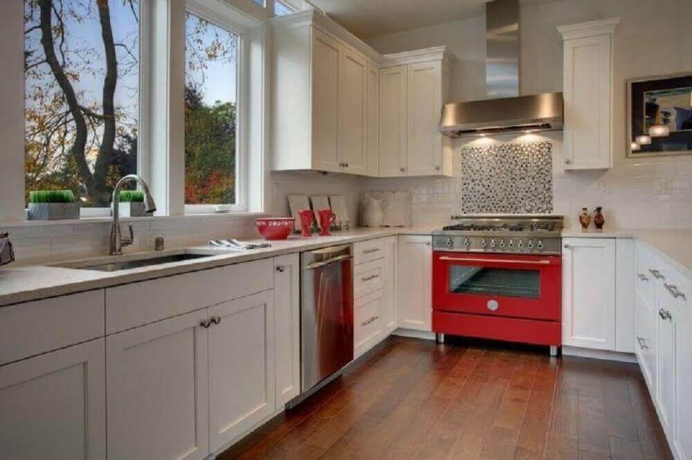 decoração para cozinha compacta com pia e fogão vermelho Foto Isola Homes