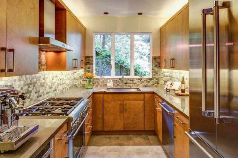decoração para cozinha corredor com armários de madeira Foto Jentry McGraw Design Associates