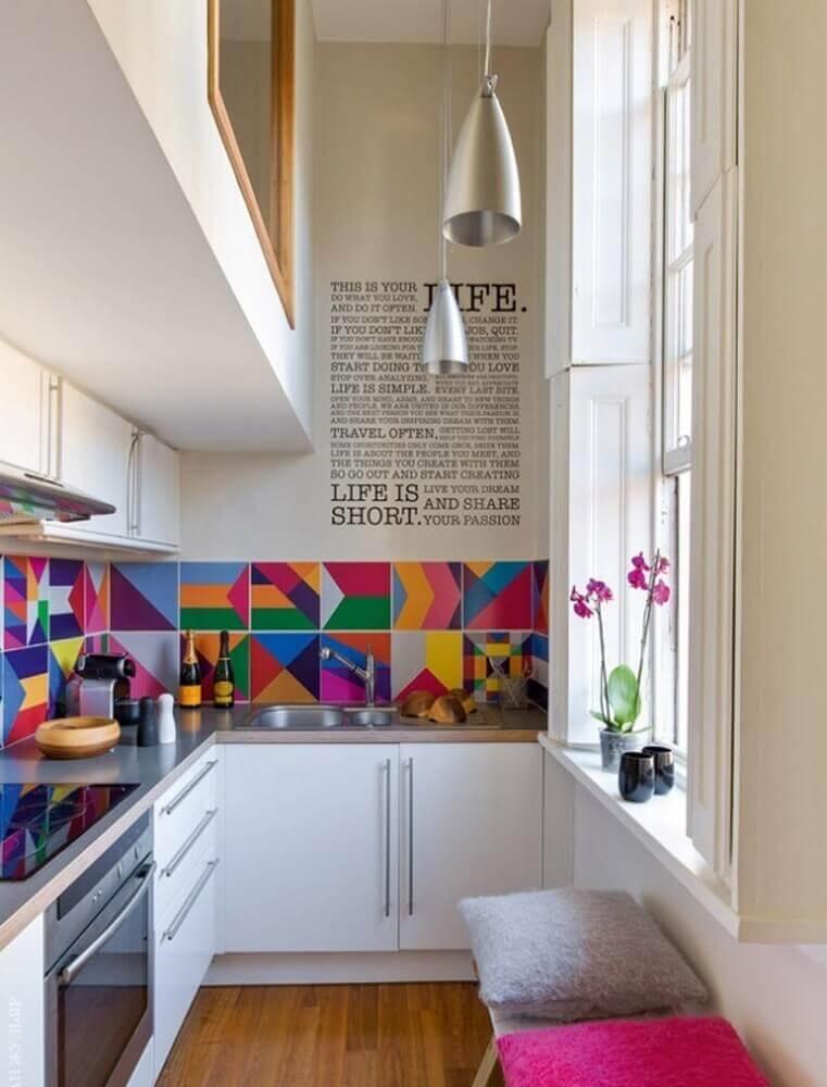 decoração para cozinha corredor com azulejo colorido sobre a bancada Foto Ritely