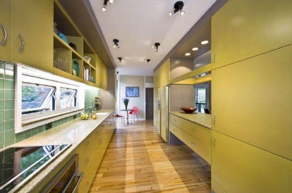 decoração para cozinha corredor com cooktop e armário planejado amarelo Foto Robert M. Cain Architect