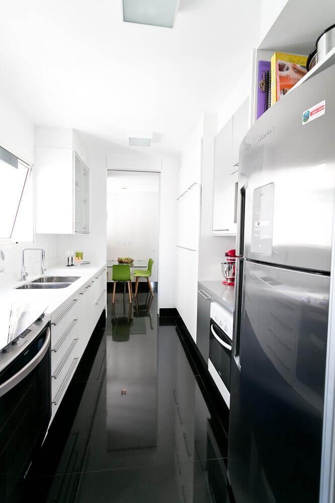 decoração para cozinha corredor com piso preto Foto Kalili Kibrit Kibrit