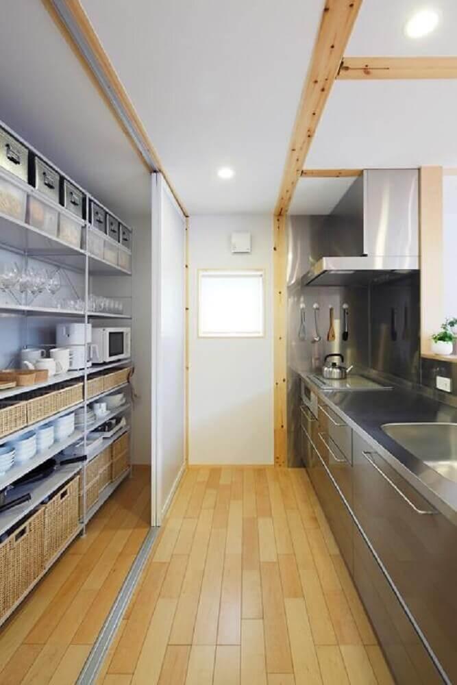 decoração para cozinha corredor com porta de correr e armário de cozinha com balcão de inox Foto Pinterest