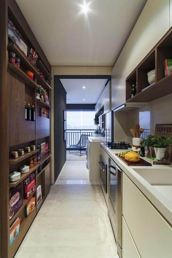 decoração para cozinha corredor planejada com marcenaria com espaço para guardar temperos Foto Home Decoo