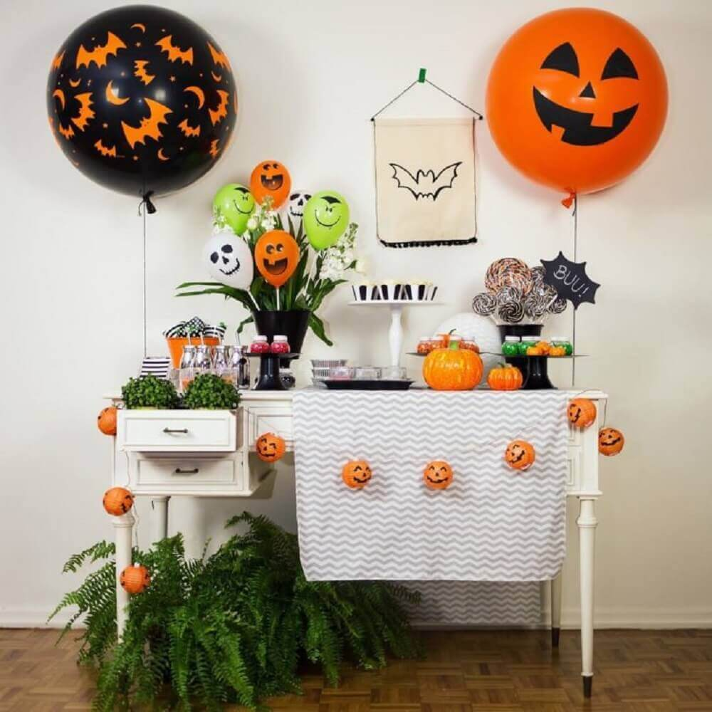 Halloween decoration with balloons and vases of plants Foto Festeirice