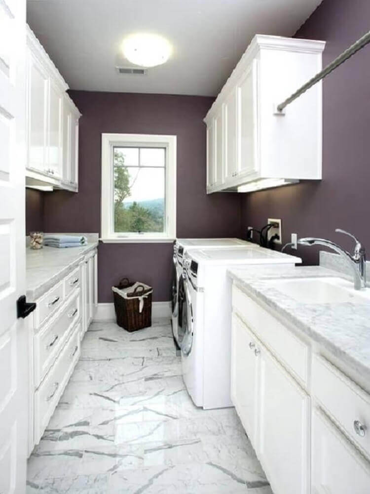 decoração para lavanderia planejada com paredes roxas e armários brancos com iluminação de LED embutida Foto Pinterest