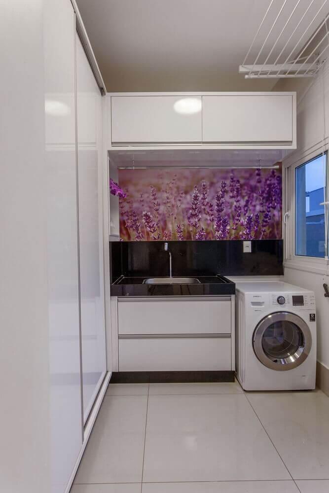 decoração para lavanderia toda branca com adesivo na parede Foto Iara Kilaris