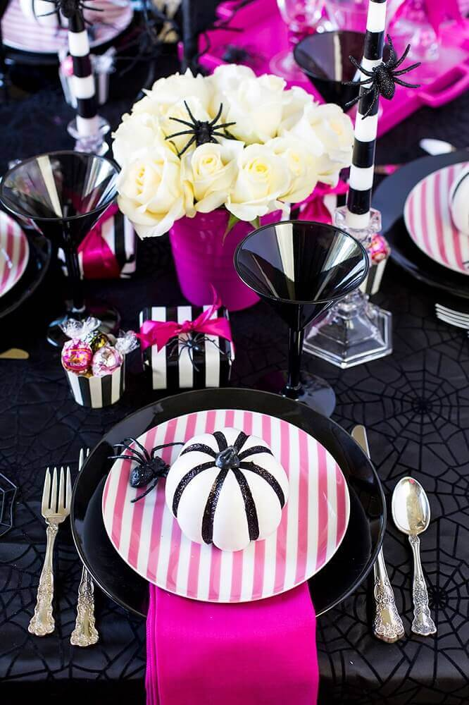 Halloween party table decoration in shades of black and pink Photo Elle Decor