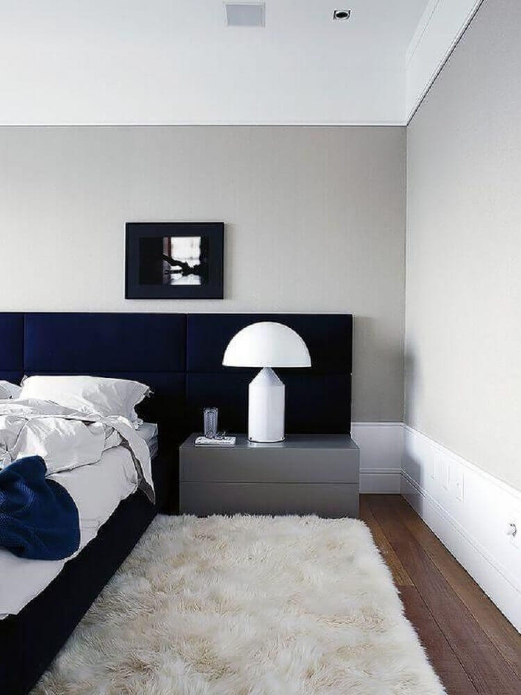 decoração para quarto com cabeceira azul marinho tapete branco e criado mudo cinza Foto Archilovers