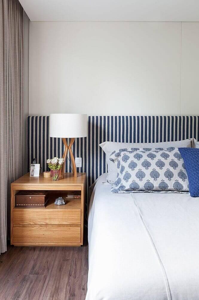 decoração para quarto com criado mudo de madeira e cabeceira listrada Foto Home Decoo