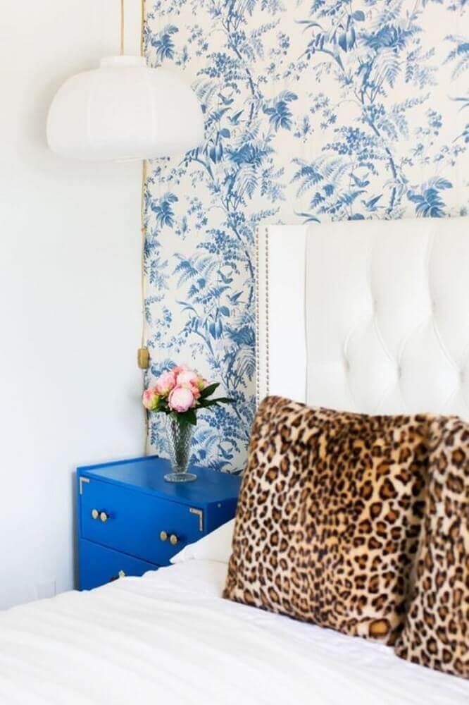 decoração para quarto com criado mudo pintado de azul Foto Antic&Chic