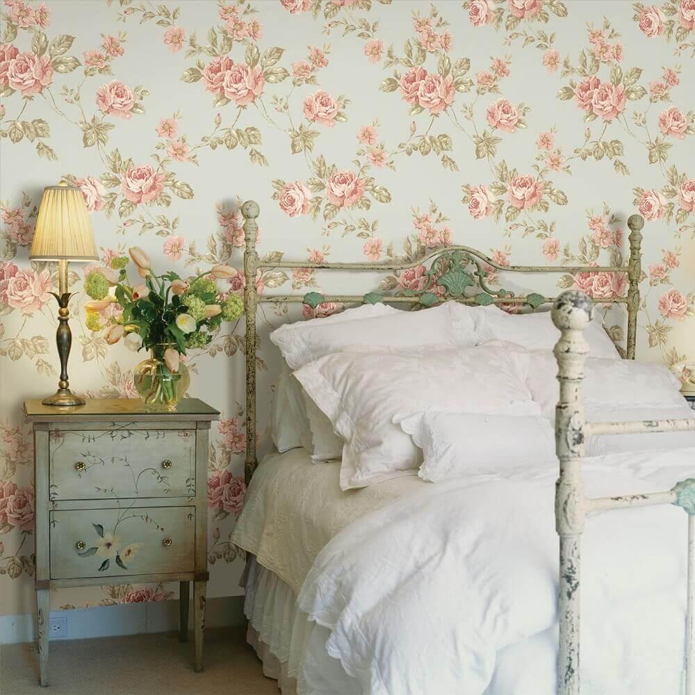 decoração provençal para quarto com papel de parede floral e criado mudo antigo Foto Yandex