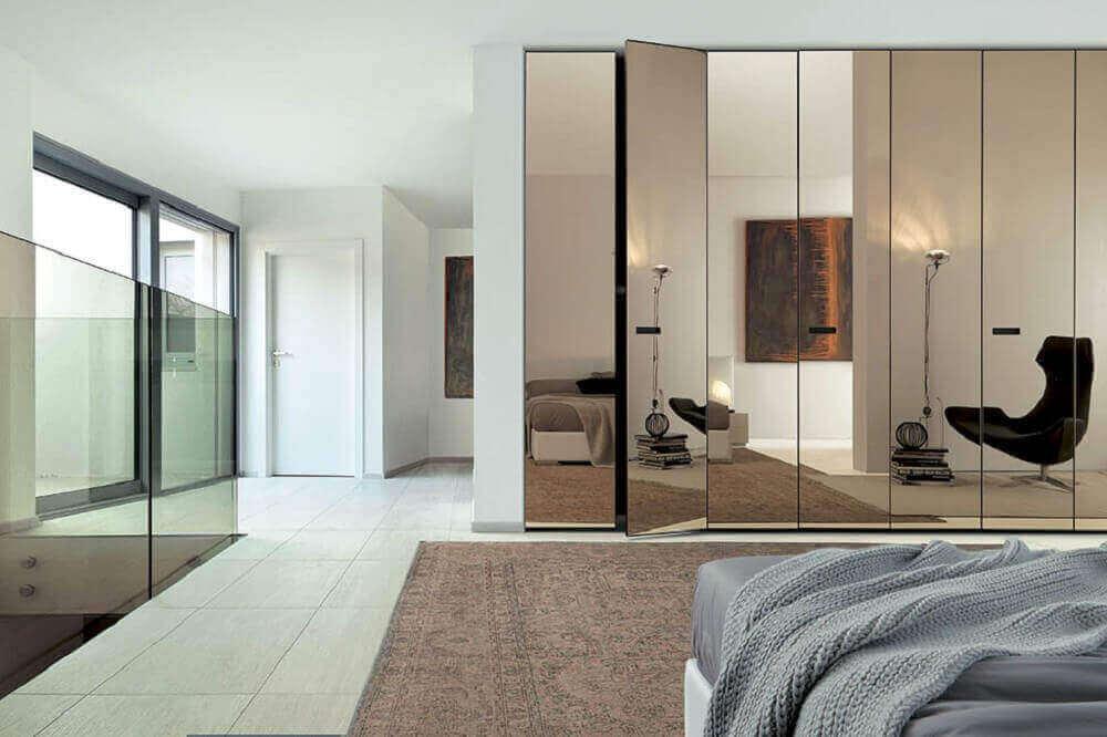 decoração quarto amplo com guarda roupa espelho bronze Foto Studio Invita