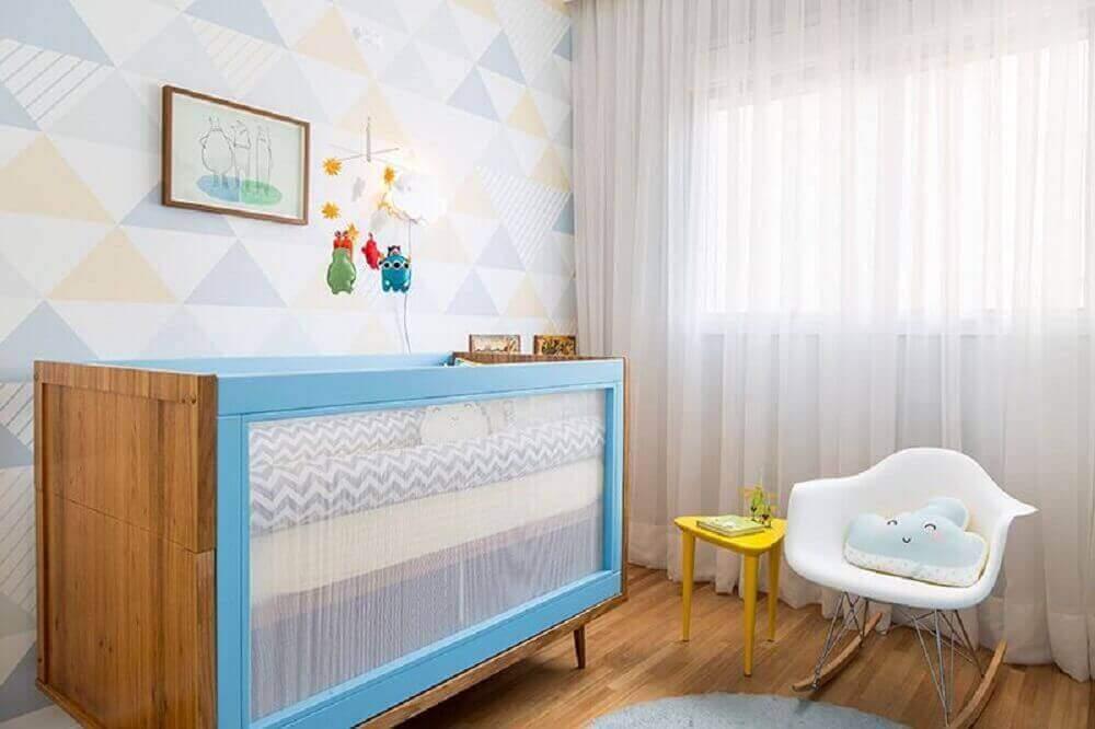 decoração quarto de bebê com berço azul de madeira com cadeira de amamentação moderna de balanço Foto Studio Novak