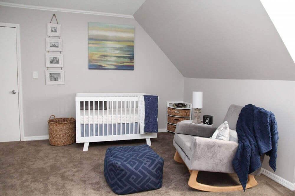 decoração quarto de bebê com cadeira de amamentação moderna com apoio para os pés Foto Plane Pretty