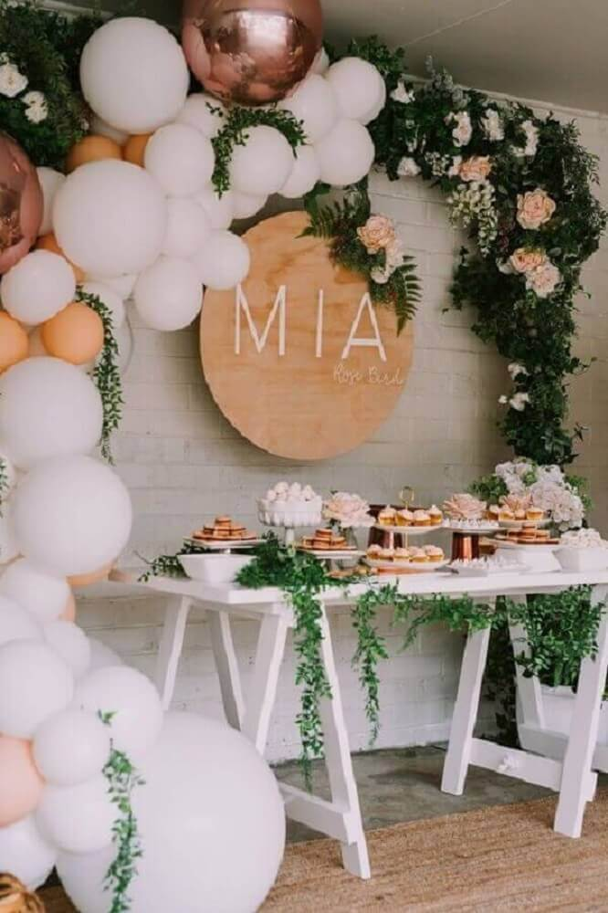rustic decoration with balloon panel and foliage Foto Pinterest