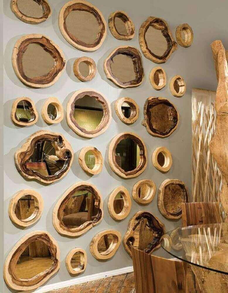 decoração rústica com vários espelho de bronze com moldura de madeira Foto Pinterest