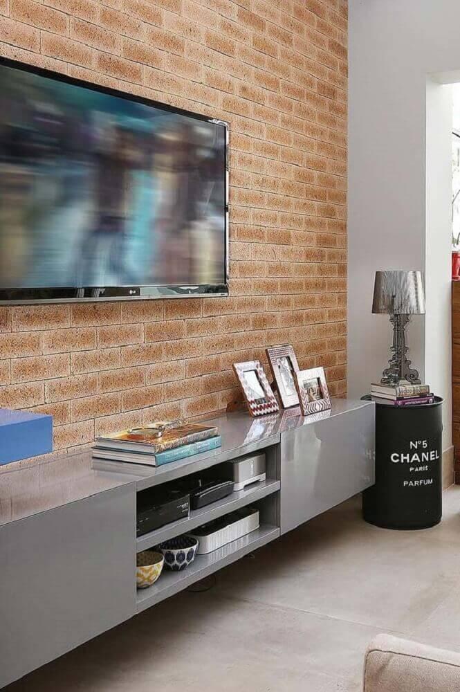decoração sala de TV com parede de tijolinho e móveis laqueados Foto Pinterest