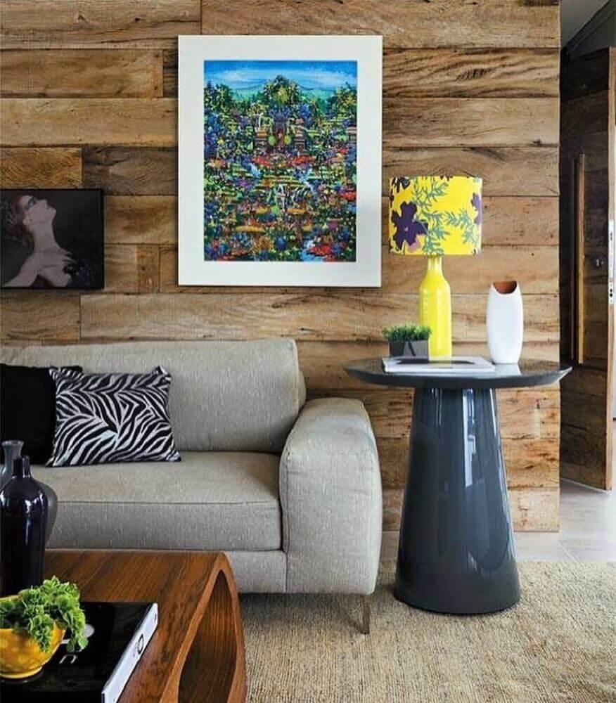 decoração sala de estar com revestimento de madeira para parede e mesa lateral laqueada Foto Móplan