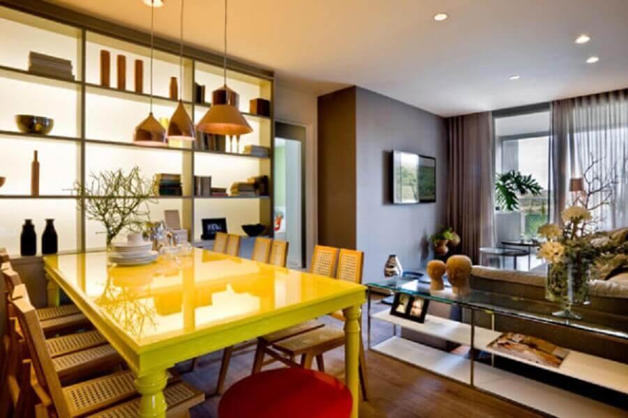 decoração sala de jantar com nichos e mesa amarela laqueada Foto Blogs AT