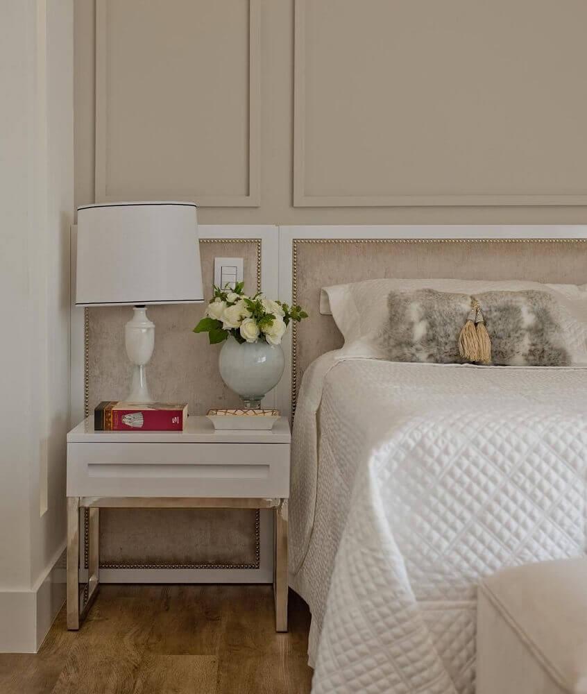 decoração simples com abajur e criado mudo para quarto de casal Foto Espaço do Traco Arquitetura