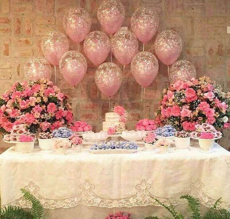 simple decoration with flower arrangements and balloon panel Foto Pinterest