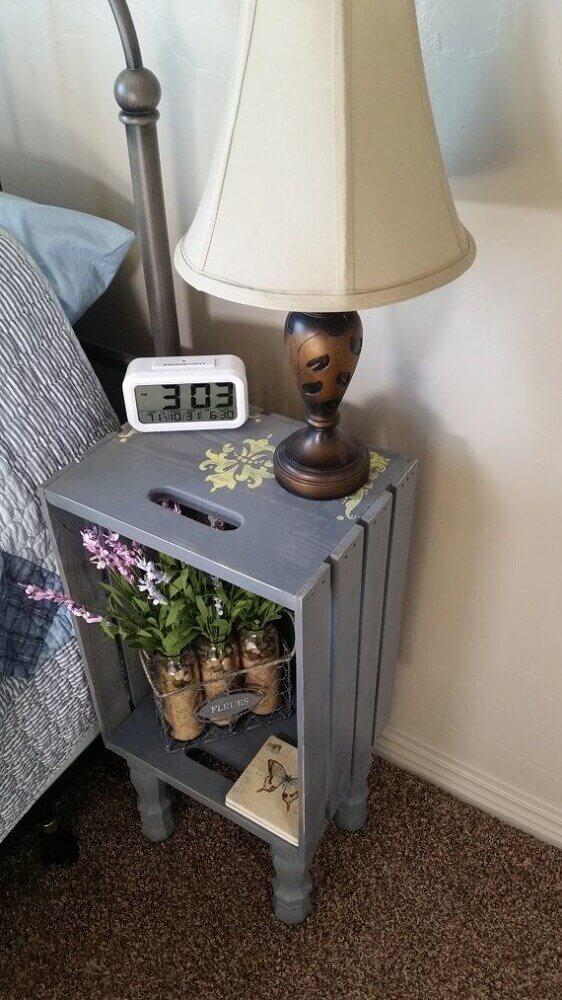 decoração simples com criado mudo de caixote pintado Foto Pinterest
