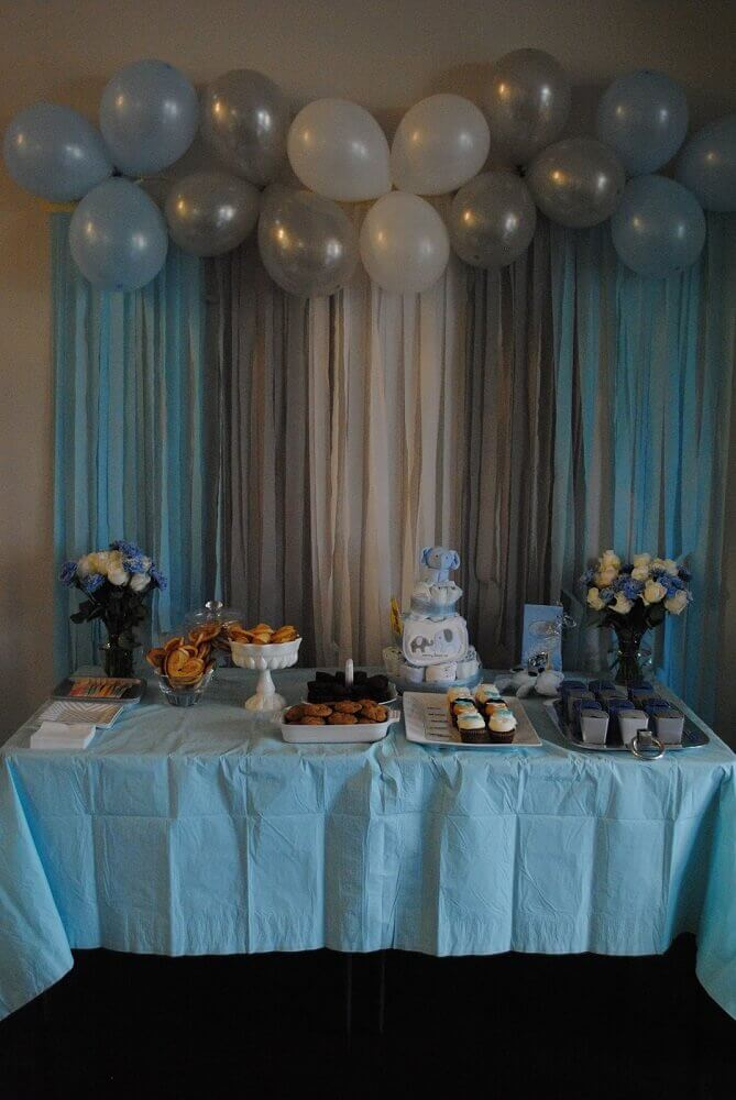 simple decoration with balloon panel and crepe paper for party in shades of blue Photo Walls Ideas