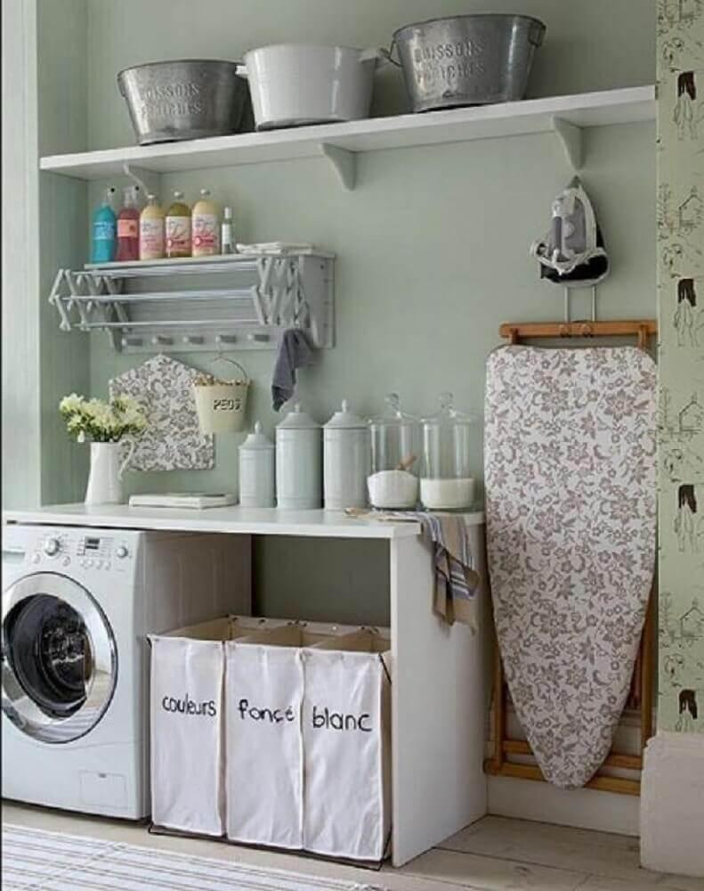 decoração simples lavanderia com prateleiras e espaço para colocar tabua- Foto Homedit