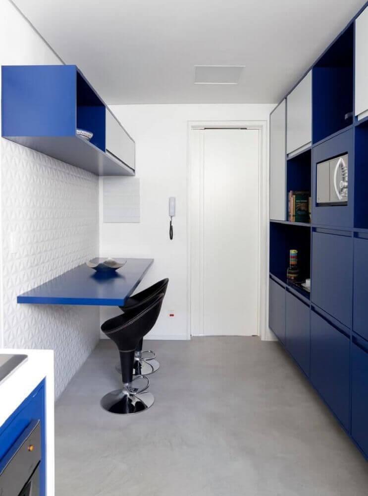 decoração simples para cozinha corredor azul Foto Tria Arquitetura