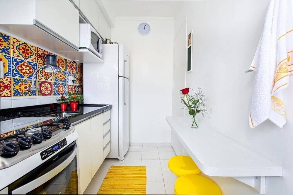 decoração simples para cozinha corredor com armário branco e ladrilho hidráulico Foto Luciane Mota