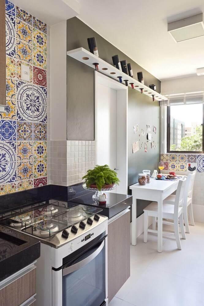 decoração simples para cozinha corredor com azulejo hidráulico Foto Home Decoo