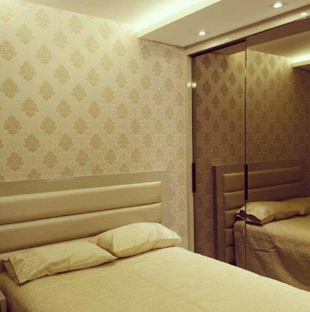 decoração simples para quarto em tons neutros com papel de parede e guarda roupa espelhado bronze Foto Villa Arquitetura