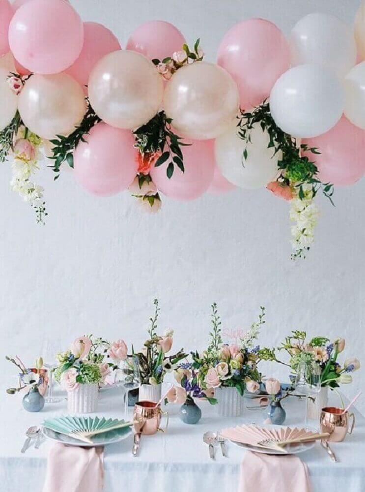 1a0491dee decoração super delicada com bexigas rosa folhagens e flores Foto Pinterest