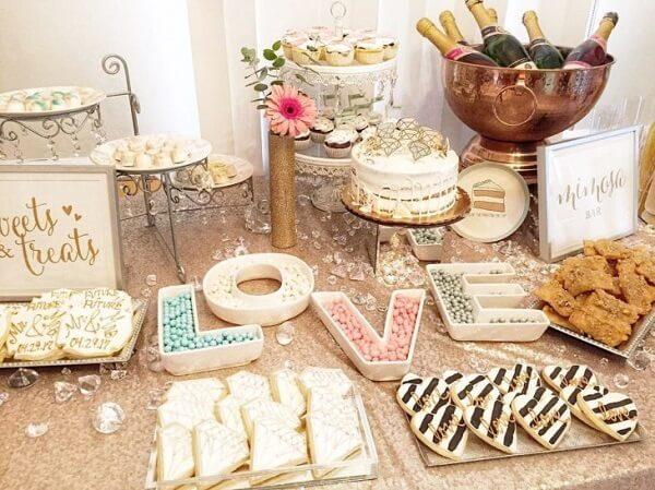 Decore a mesa do bolo com docinhos criativos