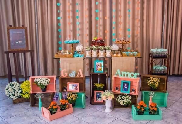Utilize caixotes de madeira para compor a decoração de noivado